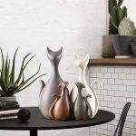 Pisici colorate alb si maro din ceramica. Potrivite pentru decorarea oricarui spatiu din casa
