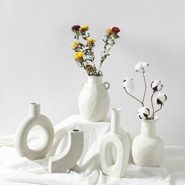 Vase moderne din ceramica. Culoare alb murdar